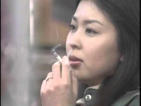 タバコを吸っている松たか子